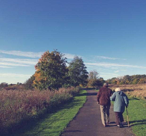 Mayores paseando por el campo