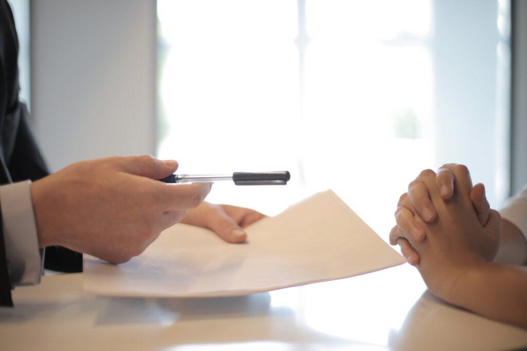 ¿Cuáles son los Riesgos de tener una cuidadora o cuidador sin contrato?